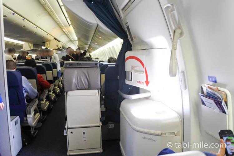 非常口前の飛行機の座席