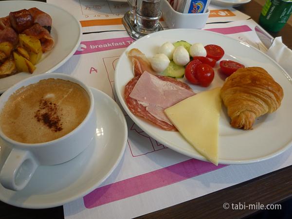 IQホテル朝食 カプチーノ