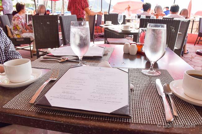 ロイヤルハワイアンホテルサーフラナイ朝食ピンクパラソル
