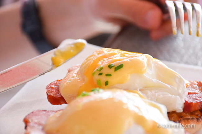 ロイヤルハワイアンホテルサーフラナイ朝食エッグベネディクト半熟卵