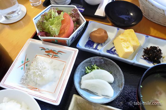 シェラトン都ホテル東京朝食ルームサービス和食サラダ厚焼き玉子大根おろしとちりめんじゃこ香の物