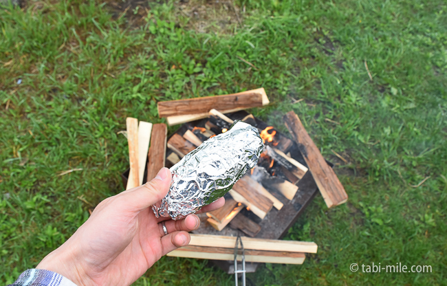 無印良品キャンプ嬬恋朝ごはん焚き火焼き芋アルミホイル