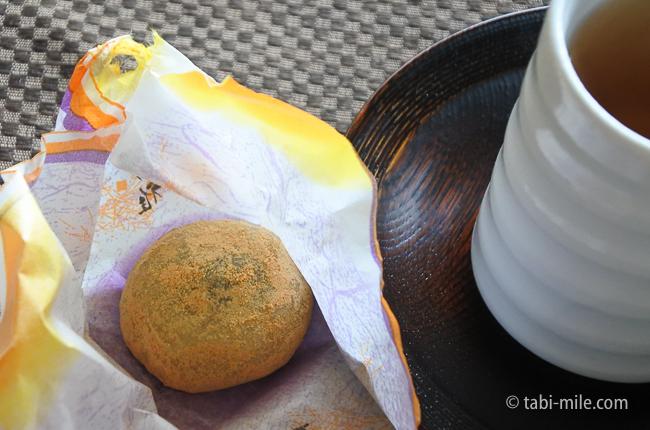 鬼怒川金谷ホテルグレードアップ和室お茶菓子黒ゴマ餅饅頭