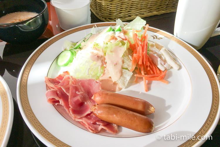 ヒルトン東京ベイ 朝食ブッフェ ソーセージ サラダ