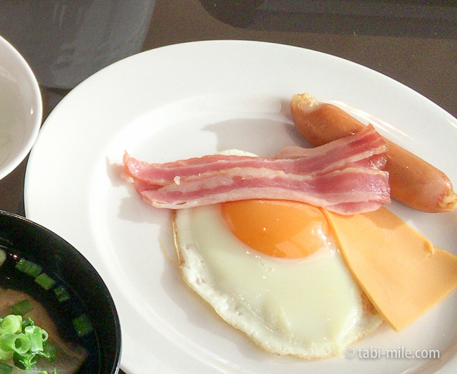 ヒルトン東京ベイ朝食ビュッフェ目玉焼きベーコン