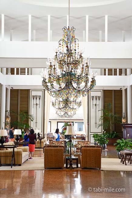 カハラホテルロビーシャンデリア天井高い