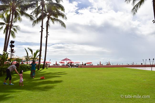 ロイヤルハワイアンホテルワイキキビーチ沿い芝生