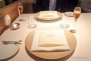 ベージュ アラン・デュカス東京テーブルセッティングノンアルコールシャンパン