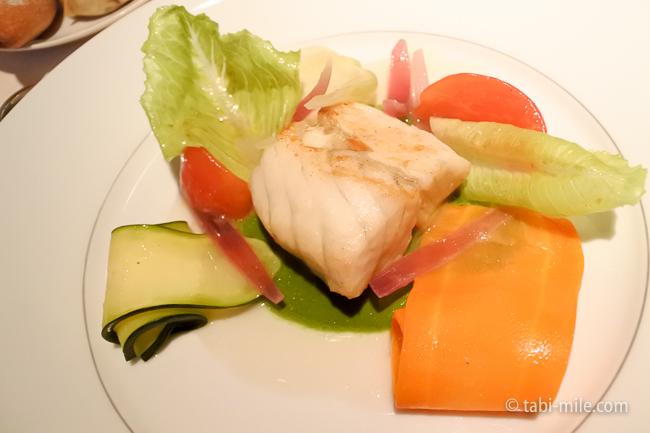 ベージュ アラン・デュカス東京メインすずき魚鎌倉野菜