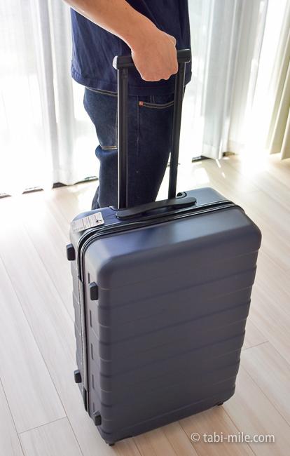 無印良品スーツケース 男性が持つ