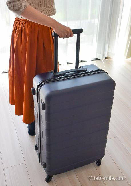 無印良品スーツケース 女性が持つ