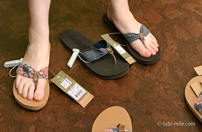グアム旅行マイクロネシアモールフリップフロップショップスビーチサンダル試着