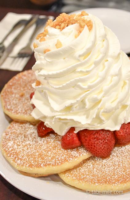 グアム旅行エッグスンシングスストロベリーパンケーキ生クリーム大きい