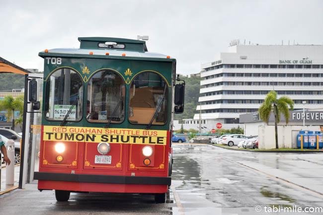 グアムプレミアムアウトレット 赤いシャトルバス