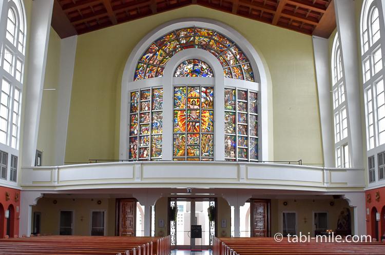 ハガニア地区聖母マリア大聖堂内装背後ステンドグラス