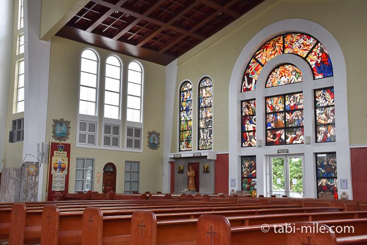 ハガニア地区聖母マリア大聖堂内装右側ステンドグラス
