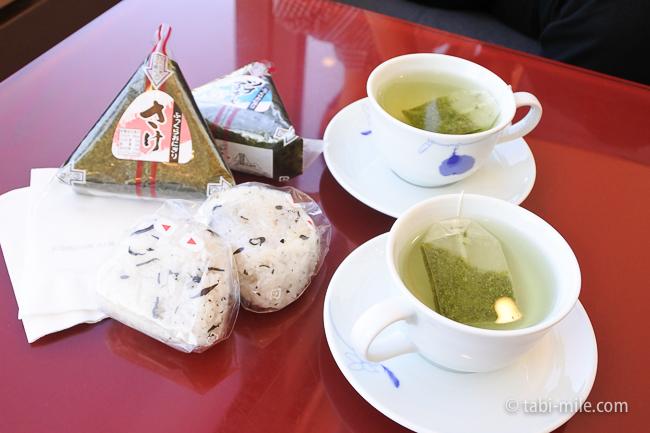成田空港第1ターミナルKALラウンジ緑茶おにぎり