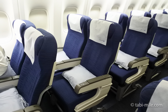 エコノミークラスを快適に過ごす服装と機内に持ち込むべき10個の必須アイテム