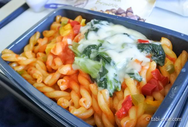 ユナイテッド航空グアム往路機内食トマトパスタ