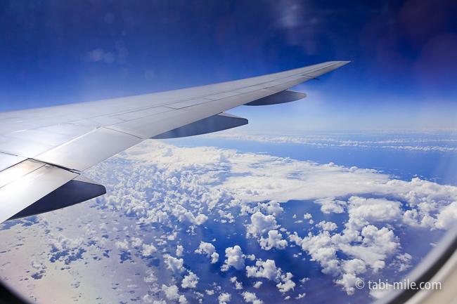 ユナイテッド航空グアム往路機内窓雲
