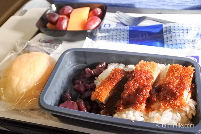 ユナイテッド航空グアム復路機内食とんかつ