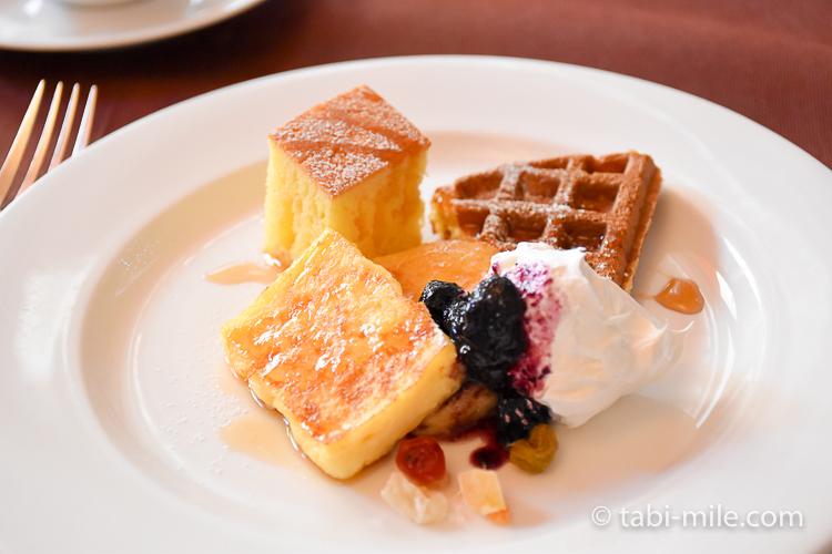フォンタナ フレンチトースト&ワッフル&パンケーキの生クリームジャム添え ドライフルーツ付き