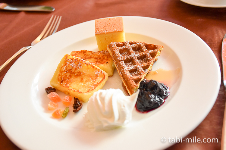 フォンタナ フレンチトースト&ワッフル&パンケーキの生クリームジャム添え ドライフルーツ