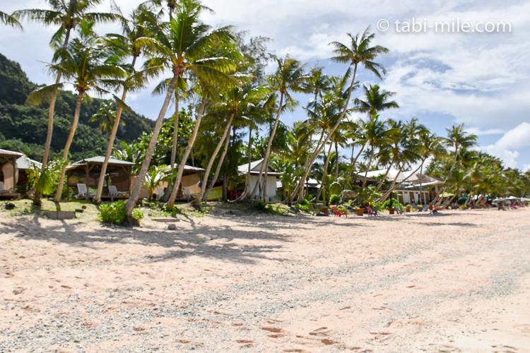 グアム旅行 ココパームガーデンビーチ カバナの間にヤシの木