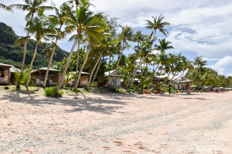 ココパームガーデンビーチ カバナの間にヤシの木