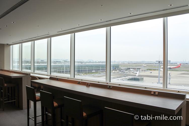 羽田空港国際線ターミナル JALサクララウンジ 飛行機が見えるラウンジ