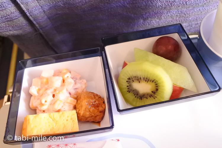 チャイナエアライン エコノミークラス 機内食 行き おかず 果物2