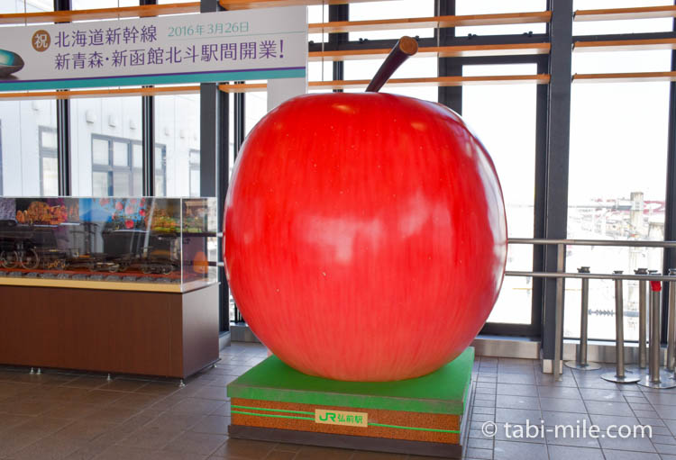青森旅行 弘前駅 りんごのオブジェ