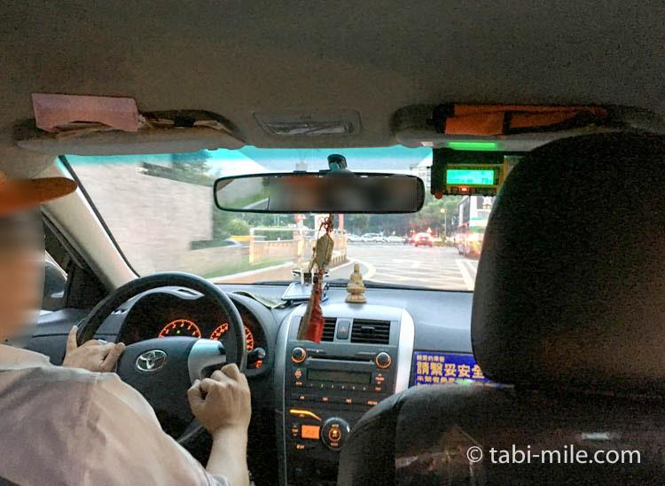 台湾旅行ー台北松山空港から市内へのタクシー車内