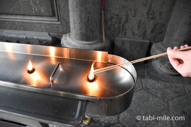 龍山寺線香に火をつける