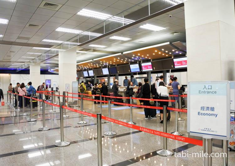 台北松山空港チェックインカウンターの列