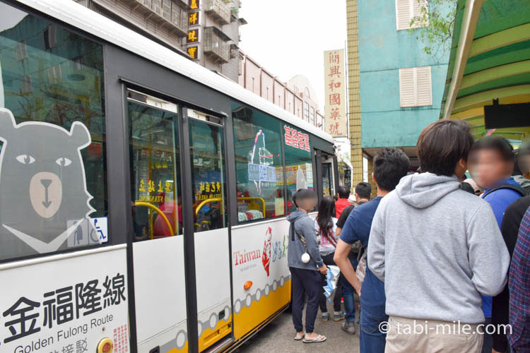 九份への行き方 九份行きのバスに乗り込むところ