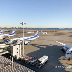 羽田空港に駐機する全日空(ANA)の飛行機