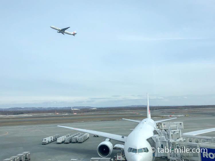 JAL飛行機が飛ぶ 新千歳JALダイヤモンドラウンジ