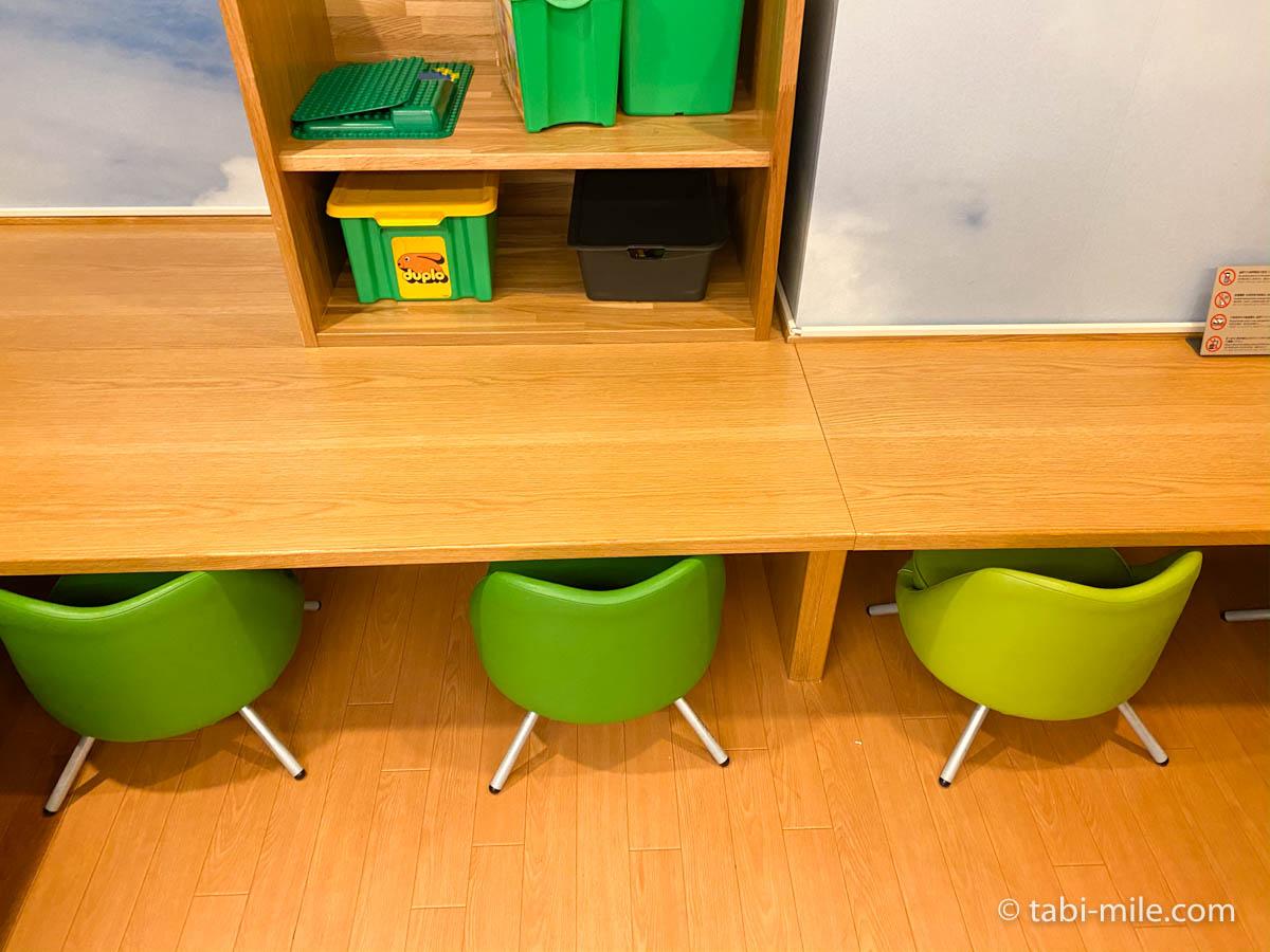 羽田空港、ANAキッズラウンジ、子供用椅子机