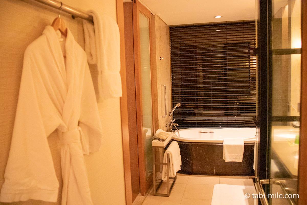 リッツ・カールトン沖縄、客室、シャワールームから見たバスタブ