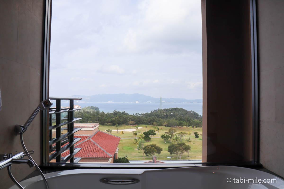 リッツ・カールトン沖縄、客室、バスタブからの景色