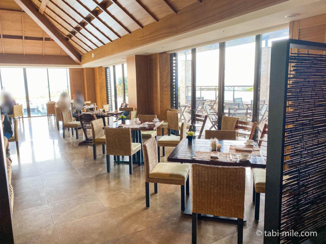 リッツカールトン沖縄、朝食ビュッフェ、グスク、窓側席の様子