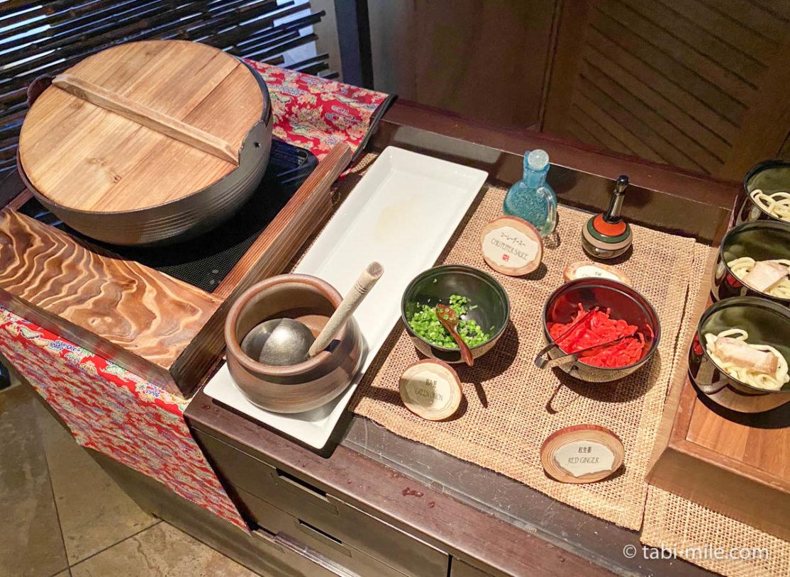 リッツカールトン沖縄、朝食ビュッフェ、グスク、朝食ビュッフェの様子、ミニ沖縄そば、薬味