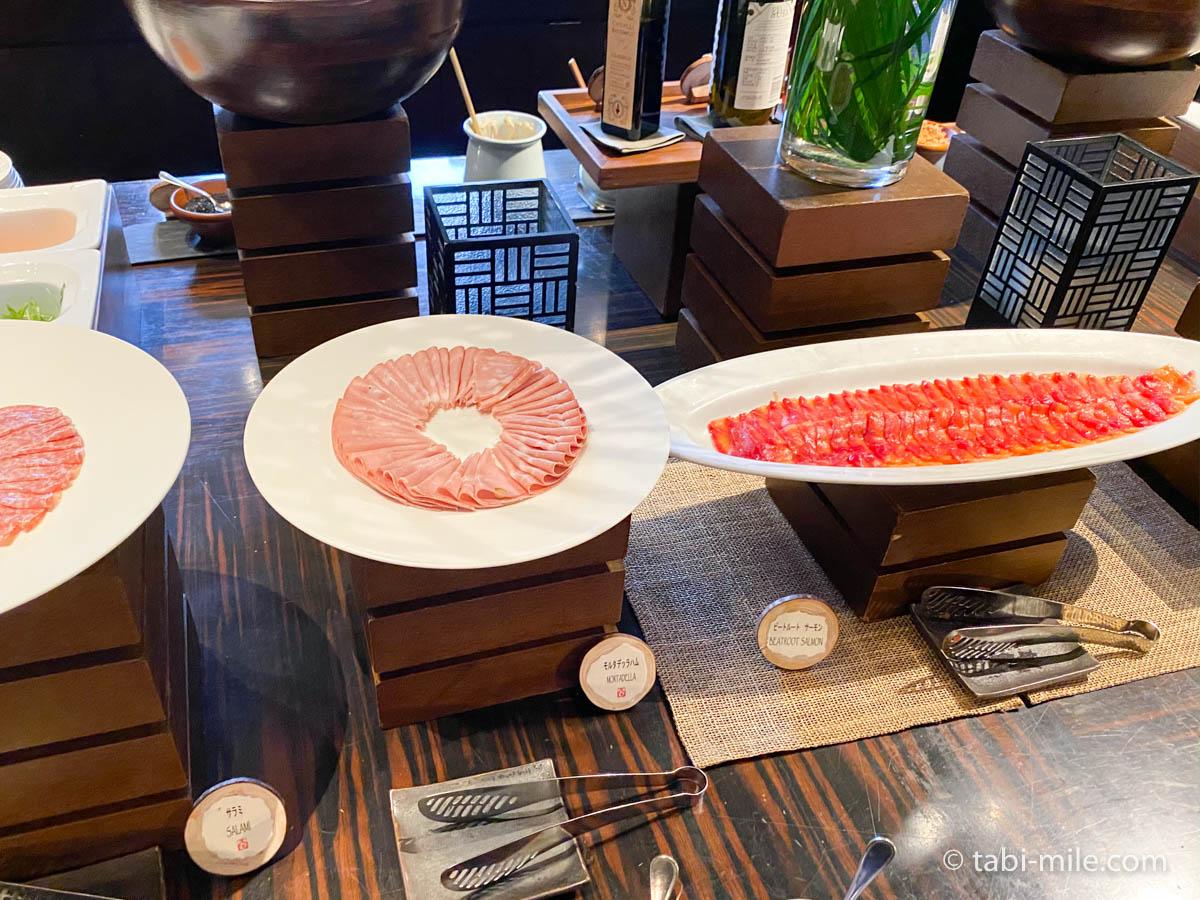 リッツカールトン沖縄、朝食ビュッフェ、グスク、サラダ、ハム、サラミ