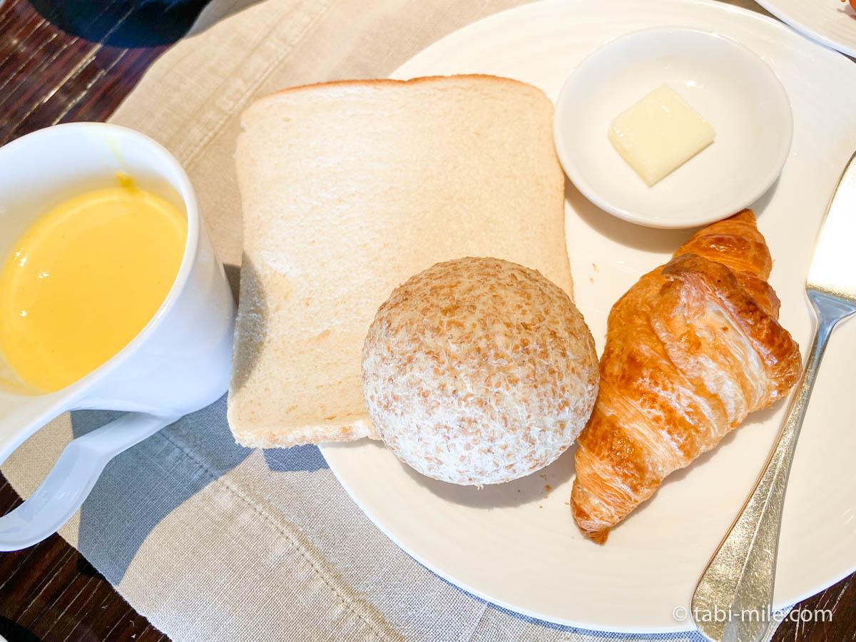 リッツカールトン沖縄、朝食ビュッフェ、グスク、食べた朝食、パン、コーンスープ
